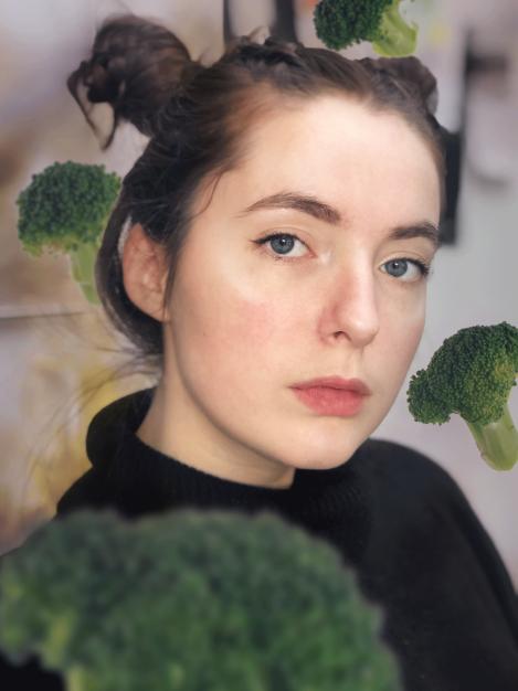 Photo de Louise Lepoivre entourée de brocolis
